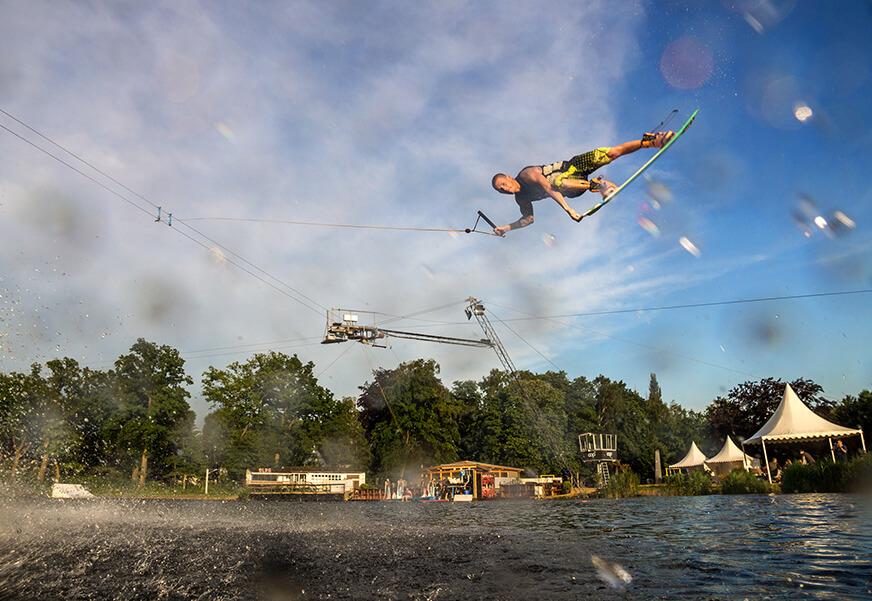 Wakeboarder in der Luft nach einem Sprung